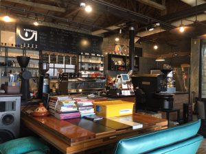 英語版リーフレット『The Ultimate Guide to Tokyo』は、ソウルのホテルやショップや飲食店、外国人観光客や、美術系の若者が多く集まる弘大エリアでに設置されている様子。